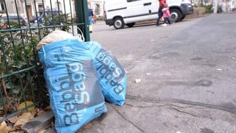 Aktion gegen Bebbi Säcke auf der Strasse. Auf dem Bild Säcke im Gebiet Kleinhüningen die zu früh auf die Strasse gestellt wurden. Foto niz Bebbi Sagg Abfall