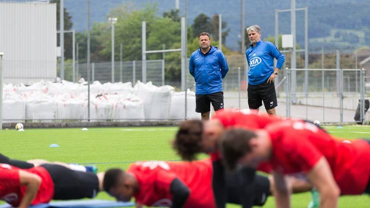 Die FCA-Spieler trainieren unter Beobachtung von Chefcoach Rahmen und seinem Assistenten Marco Walker