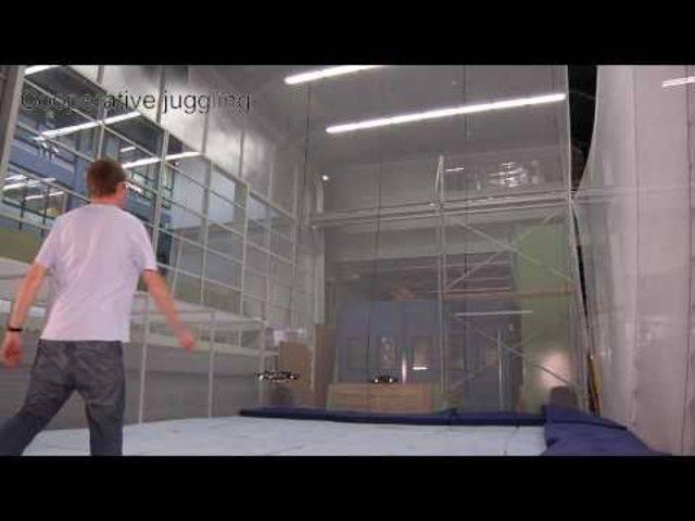 Was Drohnen alles können: Der Quadrokopter der ETH Zürich kann zum Beispiel tatsächlich jonglieren.