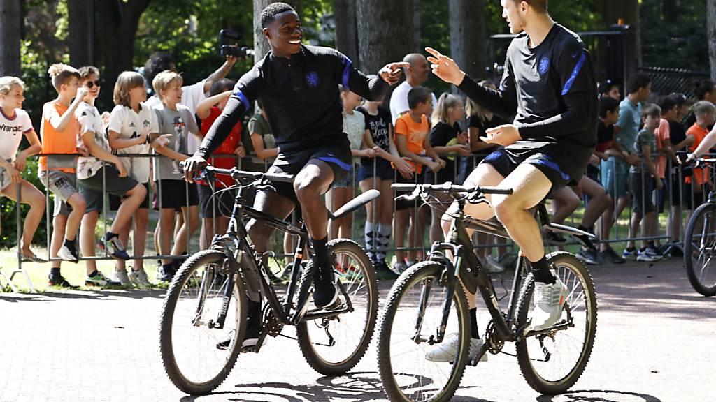 Das Velo ist Programm: Die Niederländer Quincy Promes (links) und Wout Weghorst treffen auf zwei Rädern beim Training ein