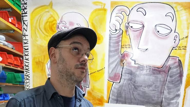 Luca Vicente Zwicky vor seinem neusten Meisterwerk. Die Rückseite der Laterne erzählt eine Geschichte, auf jedem kleinen Bild gibt es weitere Motive, wie ein Elefant.
