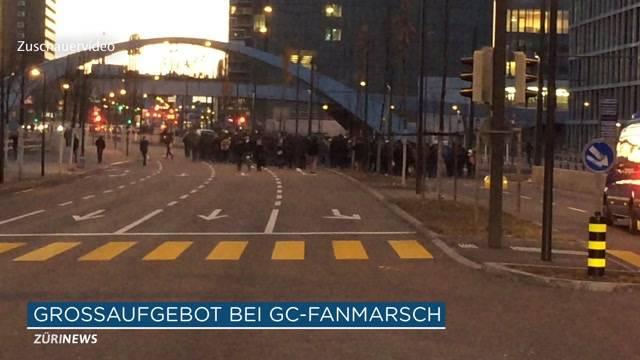 Grosses Polizeiaufgebot beim Fanmarsch vor Zürcher Fussball-Derby