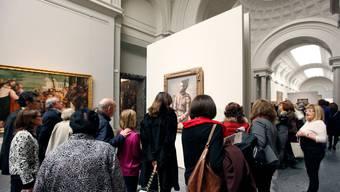 Besucher der Ausstellung «10 Picassos del Kunstmuseum Basel» in der Galeria Central des Museo Nacional del Prado in Madrid. Im Hintergrund Picassos «Harlequin assis».
