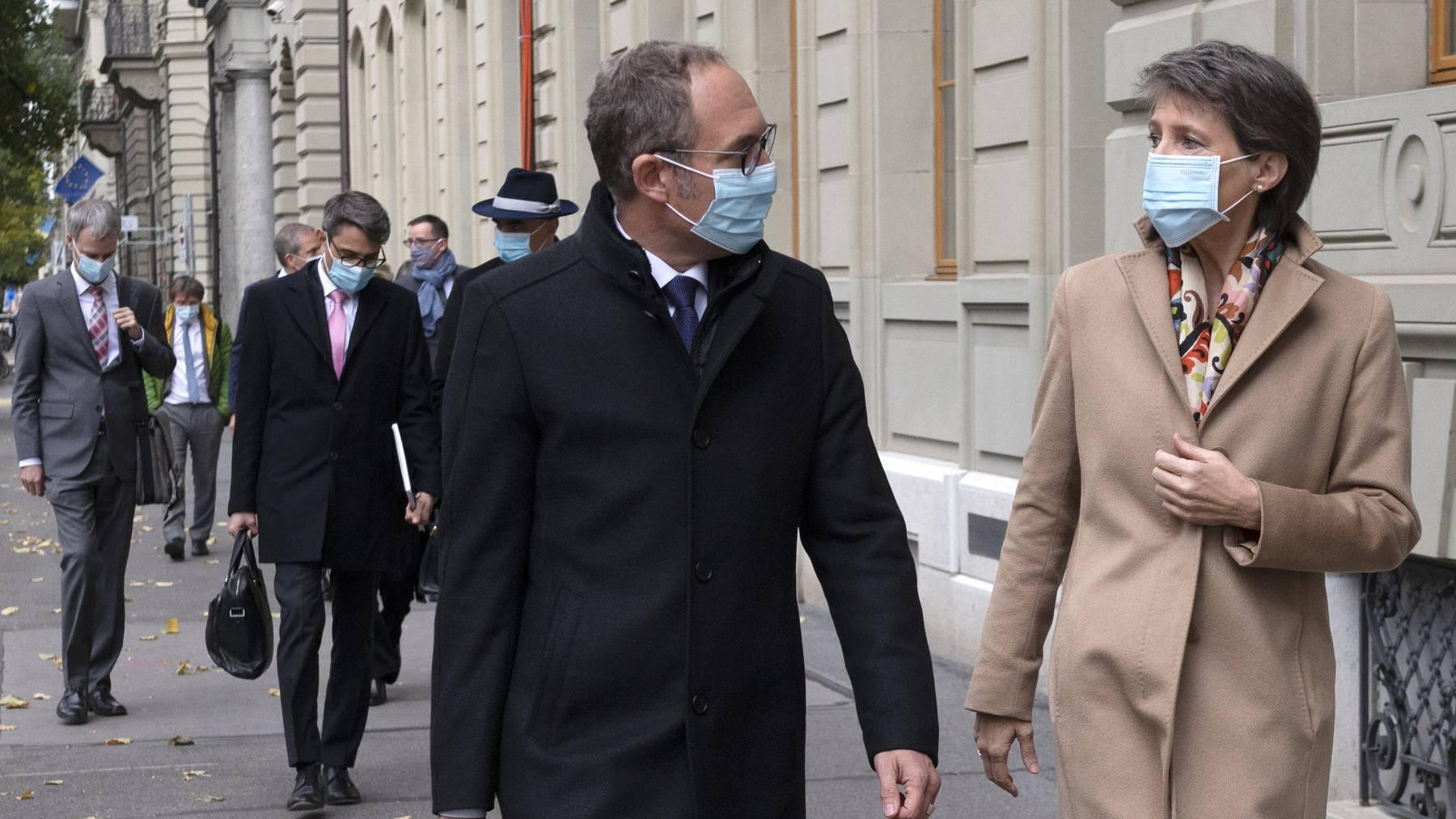 Bundespräsidentin Simonetta Sommaruga und Lukas Engelberger auf dem Weg zu einer Pressekonferenz in Bern.