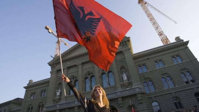 Viele Einwanderer können nun stimmen: Kosovarin auf dem Bundesplatz. Foto: Keystone