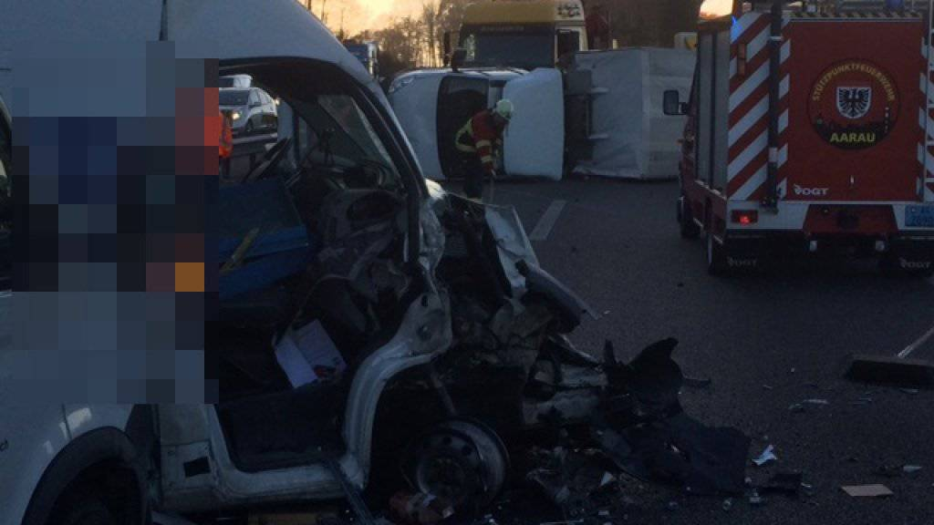 Verkehrsunfall auf A1 bei Suhr AG: Fahrbahn Richtung Bern war vorübergehend gesperrt.