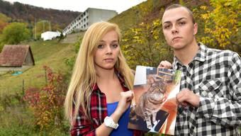 Die Zwillinge Justine und Kevin Honegger mit einem Foto ihrer Katze Joy, als sie noch unter ihnen weilte. Im Hintergrund das Bad Lostorf, von wo der Schuss wahrscheinlich abgefeuert worden sein dürfte.