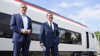 """SBB-CEO Andreas Meyer Stadler-CEO Peter Spuhler sind sich nicht einig bei den Flirt-Zügen. Das Bild zeigt sie beim Roll-Out des Hochgeschwindigkeitszuges """"Giruno"""". (Mai 2017)"""