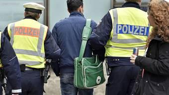 Die Kölner Polizei führt nach den massenhaften Übergriffen in der Silvesternacht einen Verdächtigen ab. Nun sind erstmals zwei Männer wegen sexueller Nötigung in dieser Nacht verurteilt worden. (Symbolbild)