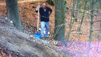 «Tele M1» hat den Bauschutt-Sünder am Montagmittag beim Aufräumen im Wald von Siggenthal überrascht. Und mit dem Mann gesprochen, der ihn entlarvt hat: Markus Herzog aus Hornussen erkannte den Bauschutt wieder.
