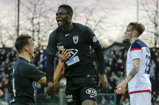 Alounga bejubelt eines seiner fünf Tore für die FCA-Profis