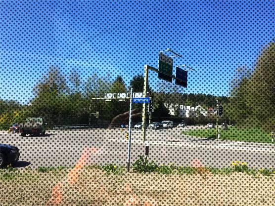 Die Sicht eines Vogels im Flug: Er nimmt die Fensterfront der Lärmschutzwand dank den Punkten wahr (linkes Bild). Mit etwas Distanz verschwinden die Punkte.
