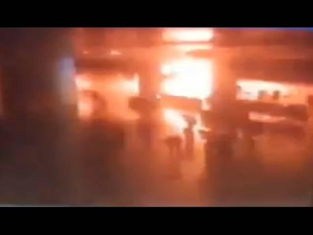Dieses abgefilmte Überwachungsvideo soll eine der Explosionen an Istanbuler Flughafen zeigen.