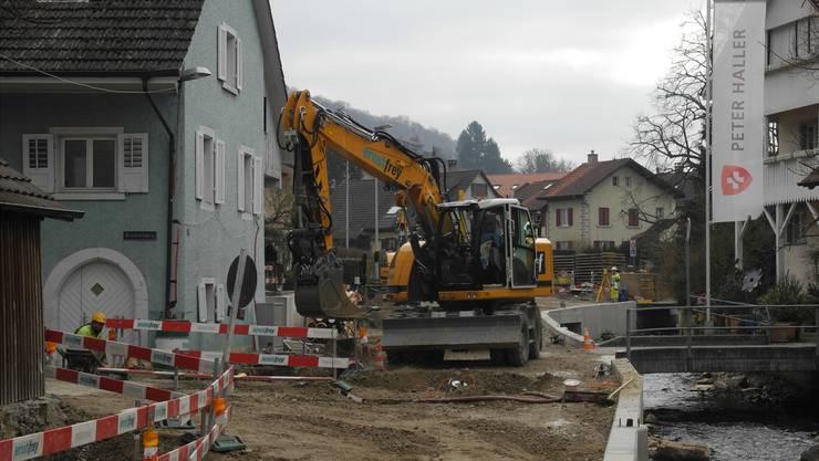 Seit Anfang Juli 2017 wird die Kantonsstrasse in Magden saniert und ausgebaut – derzeit wird auf dem Abschnitt zwischen Adlerbrücke und Lindenplatz gearbeitet.