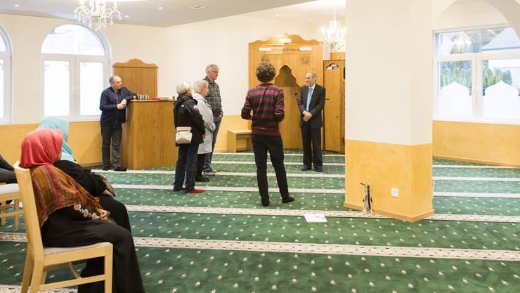 Immerhin ein paar Besucher löcherten die Verantwortlichen der Moschee in Gebenstorf mit ihren Fragen. Von den Gebenstorfer Behörden kam niemand.  Severin Bigler
