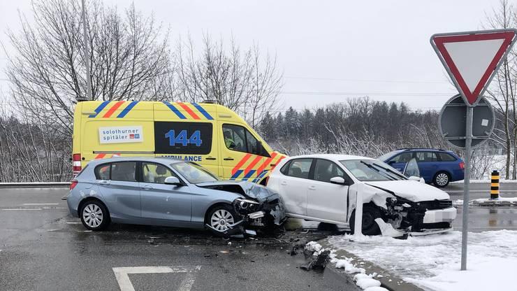 Kriegstetten SO, 15. Januar: Eine Autofahrerin übersieht beim Abbiegen ein entgegenkommendes Auto. Drei Personen verletzen sich leicht.