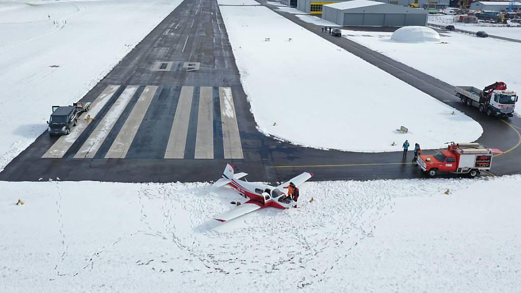 Kleinflugzeug landet im Freiburger Schnee - Pilot unversehrt