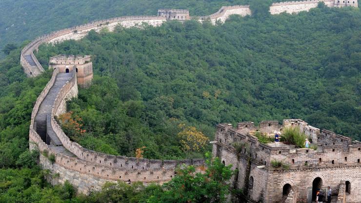 Chinesische Mauer: Gilt als grösstes Bauwerk. Länge 21 196 Kilometer (2012 offiziell so festgestellt). Baubeginn im 7. Jahrhundert, wobei es schon vorher in China Grenzbefestigungen gab. Offizieller Zweck: Abwehr von Nomadenvölkern. Während der Ming-Dynastie (1368-1644) wurden rund 8000 Kilometer hinzugebaut, von denen noch rund 8 Prozent intakt sind. Seit 1987 UNESCO-Weltkulturerbe, die chinesischen Regierung investiert in Erhalt und Rekonstruktion und in touristische Infrastruktur.