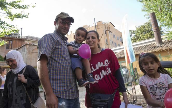 Syrische Flüchtlinge: Nour Essa mit ihrem Mann Hasan Zaheda und dem zweijährigen Sohn Riad während eines Interviews.