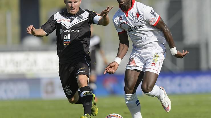 Sions Moussa Konaté kämpft gegen Luganos Antoine Rey um den Ball.