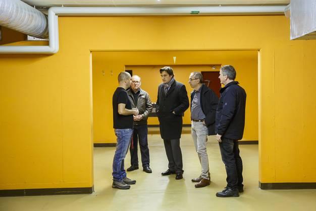 Gemeinderat Remo Bill, Stadtpräsident François Scheidegger, Sozialamtchef Kurt Boner und Polizeikommandant Hugo Kohler werden von Zentrumsleiter Bruno Calce durch die Anlage geführt