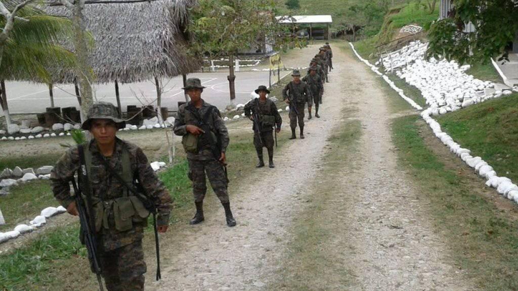 Eine Patrouille guatemaltekischer Soldaten: Nach einem tödlichen Zwischenfall an der Grenze zu Belize hat Guatemala 3000 Soldaten an die Grenze geschickt.