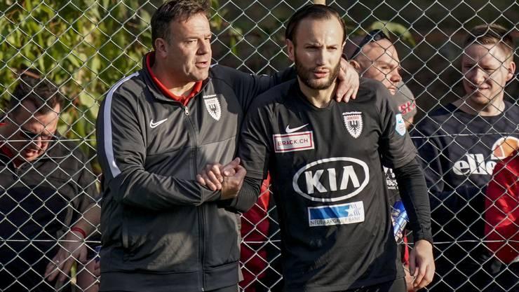 Shkelzen Gashi nimmt von FCA-Trainer Patrick Rahmen vor seinem Debüt im Trainingslager-Test gegen Kaiserslautern letzte Anweisungen entgegennimmt
