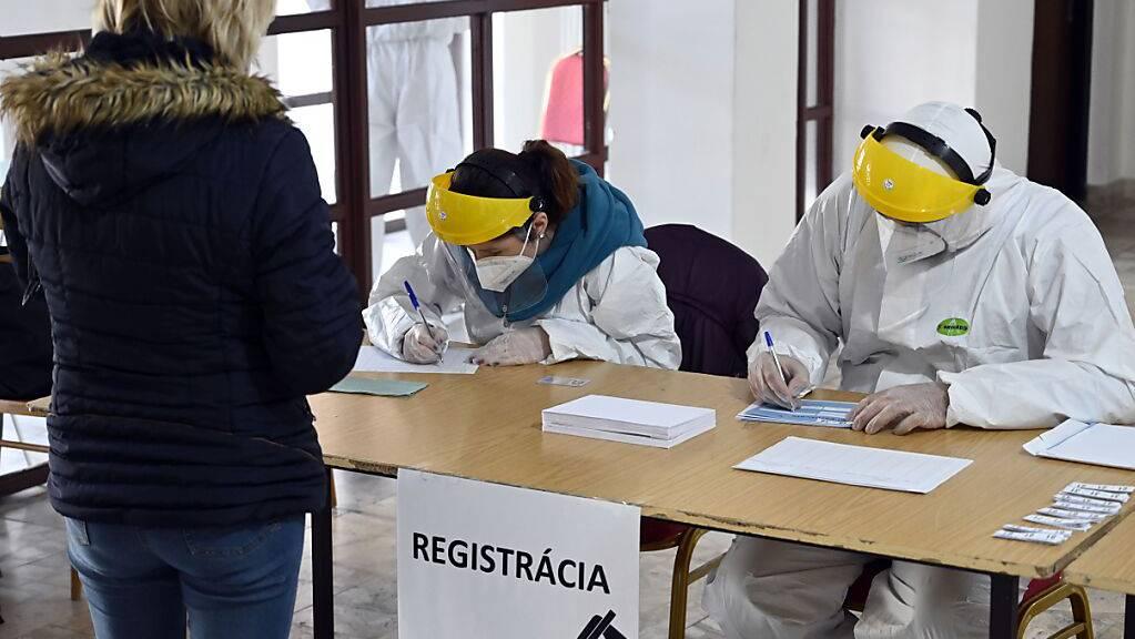 Anmeldung für einen Corona-Test im slowakischen Secovce. Foto: Roman Hanc/TASR/dpa