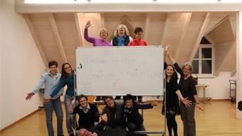 Die Teilnehmer des Englischkurses und ihre Lehrerin Malaika Sutter (zweite von rechts). ZVG