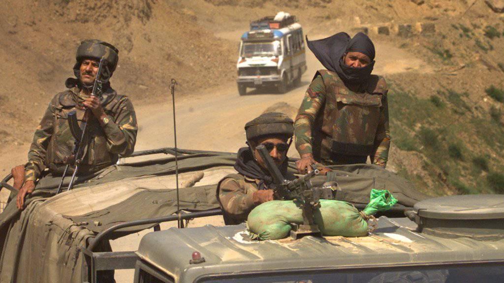 Indische Soldaten auf Patrouille in der umkämpften Kaschmir-Region: Für Sonntag geplante Friedensgespräche zwischen Indien und Pakistan scheiterten schon vor deren Beginn. (Archivbild)