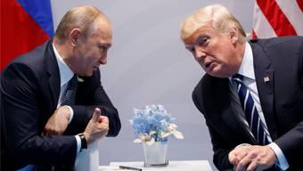 Wladimir Putin (l) und Donald Trump: Getroffen haben sich die beiden schon zwei Mal. Heute finden sie zum bilateralen Gipfel in Helsinki zusammen.