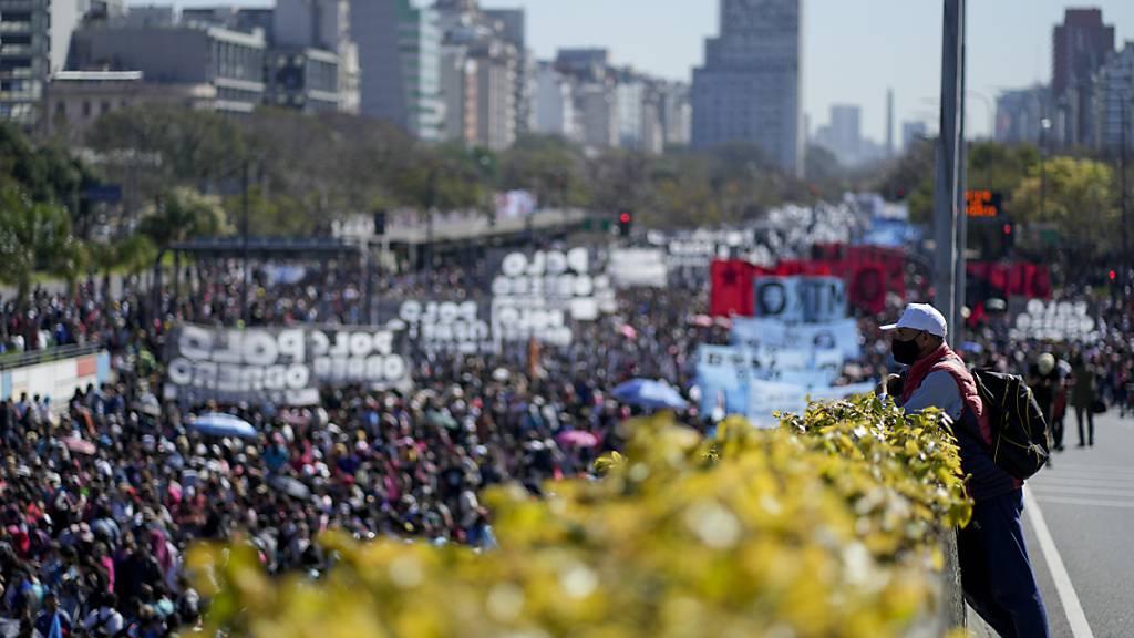Ein Mann mit Mund-Nasen-Bedeckung beobachtet eine Demonstration zur Forderung von Arbeitsplätzen und Sozialleistungen. Die argentinische Koalitionsregierung erlebt eine politische Krise nach der Schlappe bei den letzten Vorwahlen. Foto: Natacha Pisarenko/AP/dpa