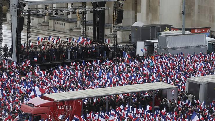 Der unter Druck geratene französische Präsidentschaftskandidat François Fillon spricht vor seinen Anhängern.
