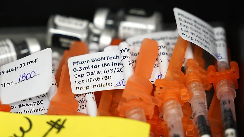 Für Heranwachsende ab 12 Jahren zugelassen: Spritzen mit dem Pfizer/Biontech-Impstoff. (Archivbild)