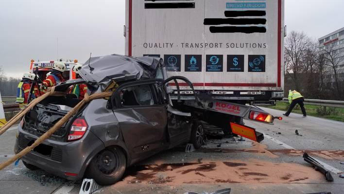 Das Auto der 39-Jährigen wurde unter dem Sattelschlepper eingeklemmt.