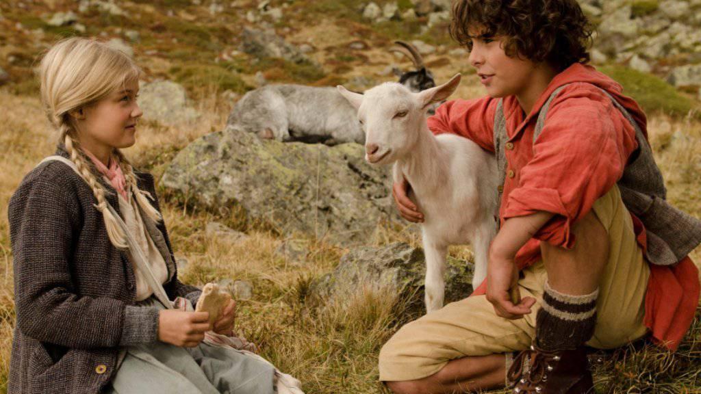 """So brav wie hier die Zilla waren die dressierten Ziegen beim """"Schellen-Ursli""""-Dreh nicht immer (Pressebild)."""