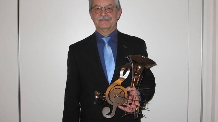 Der Präsident Hansruedi Schweizer wird für 25 Jahre in seinem Amt mit einer speziellen Uhr geehrt.