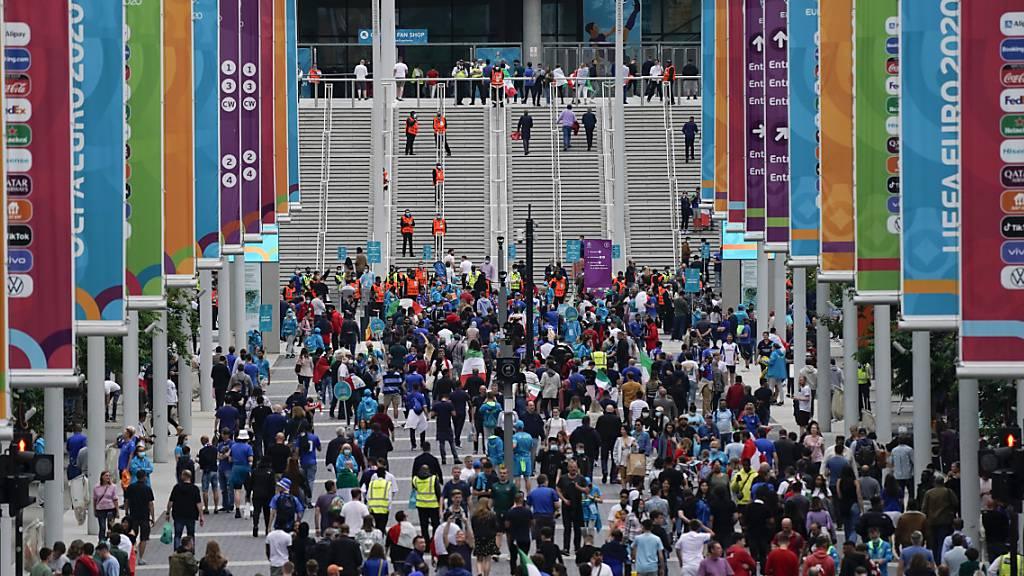 Ins Fussballstadion statt ins Shoppingcenter: Fans begeben sich ins Londoner Wembley-Stadion, um den Match zwischen Italien und Österreich zu schauen. Das Fussballfieber hat in Grossbritannien im Juli für schrumpfende Detailhandelsumsätze gesorgt. (Archivbild)