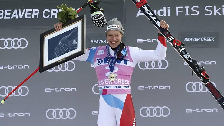 Marco Odermatt lässt sich erstmals im Weltcup als Sieger feiern