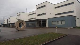 Symbolisch: Über dem Steinli-Schulhaus in Möhlin hängen graue Wolken