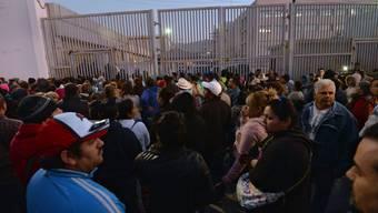Angehörige der Gefängnisinsassen warten vor dem Gebäude auf Neuigkeiten: Sie werfen den Behörden die Verbreitung falscher Informationen vor. Laut der Regierung der Bundesstaats starben bei den Vorfällen mindestens 52 Menschen.