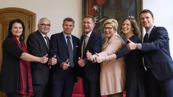 Christoph Auer, Staatsschreiber (von links) und die gewählten Berner Regierungsräte Christine Häsler (Grüne), Pierre Alain Schnegg (SVP), Christoph Ammann (SP), Christoph Neuhaus (SVP), Beatrice Simon (BDP), Evi Allemann (SP), Philippe Müller (FDP).
