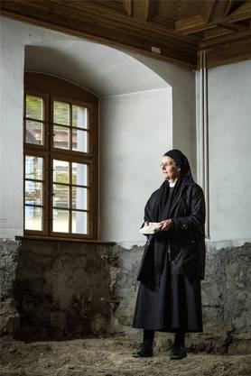 Priorin Irene auf der Kloster-Baustelle: Hier entsteht eine neue Stube.Chris Iseli