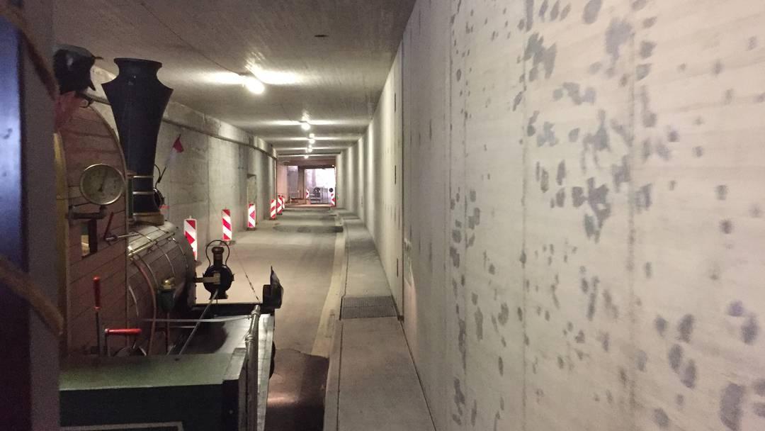 Die Spanischbrötlibahn fährt durch den neuen Bustunnel.