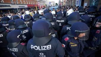 Polizeiaufgebot im Rahmen einer Kundgebung in Wien - die Behörden erhöhen die Polizeipräsenz angesichts der jüngsten Eskalationen zwischen türkischen Nationalisten und linken Gruppierungen.