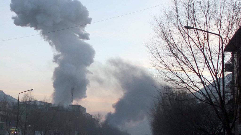 Rauch steigt auf nach einem Selbstmordanschlag in Kabul. (Archivbild)