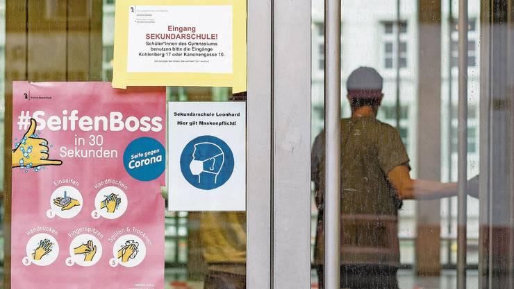 Ohne Mund- und Nasenschutz darf niemand in Basel eine Mittelschule betreten.