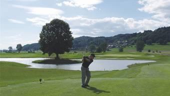 Golfen in idyllischer Umgebung (im Bild der Golfplatz Limpachtal SO): Im Bezirk werden Stimmen laut, die ein Projekt in Klingnau für prüfenswert halten. zvg
