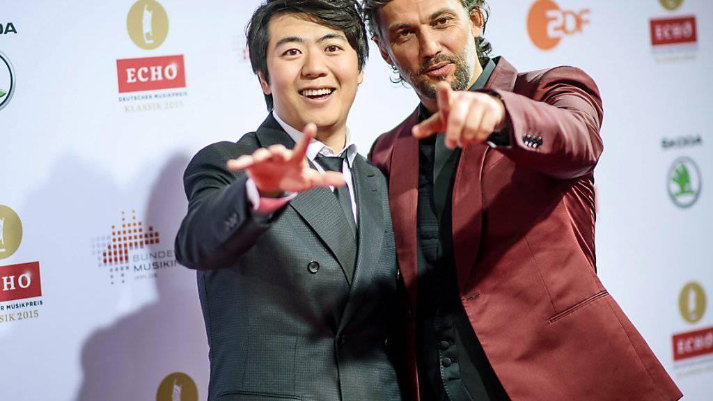 Der chinesische Star-Pianist Lang Lang - hier bei einer Preisverleihung mit Tenor Jonas Kaufmann - outet sich als Smartphone-abhängig. (Archivbild)