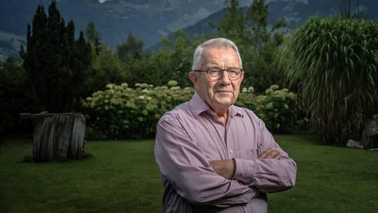 Alt-Bundesrat Arnold Koller in seinem Garten. Im Hintergrund der Alpstein.